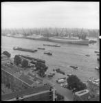 6796 Overzicht vanaf het Van Ommerengebouw in het Scheepvaartkwartier over de Westerkade en de Nieuwe Maas richting ...