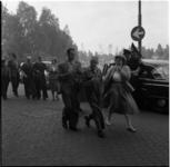 681 Ruim honderd blinden verlaten het gebouw van de Blindeninrichting aan de Kipstraat waar een in het souterrain ...