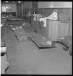 6813-1 Olympische zwemploeg rust uit op stretchers in de Groote Schouwburg, tussen twee trainingen door in het ...