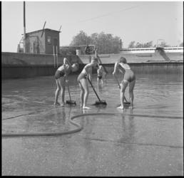 6814 Jeugd veegt met bezems de bodem van het gemeentelijk zwembad in Berkel schoon nadat daar eerder glasscherven waren ...