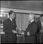 6828 Kapitein E. Horst-Wille van der Lealott, overhandigt namens Hamburg een tinnen gedenkbord aan havenmeester H.J. ...