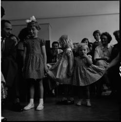 684 Kinderen showen kleding in de Industrieschool voor Meisjes.