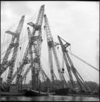 6844 Eilbek, de gezonken Duitse vrachtvaarder bij het Schiedamse Hoofdplein, wordt gelicht door drijvende bokken van ...