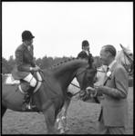 6847-2 Prins Bernhard op bezoek bij paardensportevenement CHIO in het Kralingse Bos, hier met winnares Kathy Kusener ...