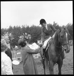 6850 Prijsuitreiking door mrs. Staeke op paardensportevenement CHIO in het Kralingse Bos.