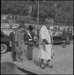 6869-1 Koningin Juliana, Prinses Beatrix en Prins Bernhard betreden de loopplank van het schip Norge aan de Parkkade.