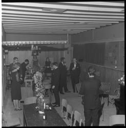 6871-2 Interieur sociëteit Matrix voor jongeren aan de Mauritsstraat, geopend met een chique bijeenkomst. Ingericht met ...