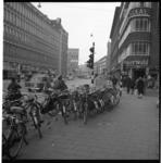 6896 Geparkeerde fietsen op de Meent met rechts op de hoek, aan het Rodezand, restaurant Wienerwald en links het ...