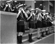 690-1 De Rotterdamse Districtsband van de Nederlandse padvinders tijdens een taptoe op de trappen van het Beursgebouw.