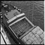 6911 Stukgoedlading in het ruim en op het dek van binnenvaartschip.