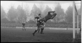 6916 Eerste divisieduel Excelsior-Elinkwijk, eindstand 2-3, op voetbalveld Woudestein in Kralingen.