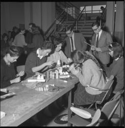 6917 Knutselende jongeren tijdens de Nationale Speelweek in het AMVJ-gebouw aan de Mauritsweg.