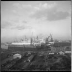 6920-4 Overzicht vanaf Heijplaat richting de beide passagiersschepen ss Nieuw-Amsterdam en het ss Rotterdam in de ...