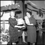 6922 Mejuffrouw Van der Giessen (links) krijgt cadeau's overhandigd nadat ze 51 jaar gewerkt heeft als schooljuffrouw, ...