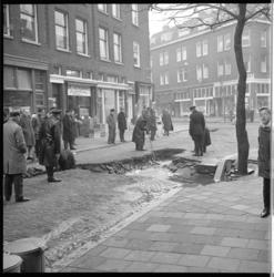 6924 Gat in wegdek Betje Wolffstraat in Spangen als gevolg van een gesprongen hoofdbuis van de waterleiding. Links ...