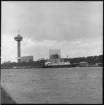 6943 Gezicht op de Nieuwe Maas vanaf Charloisse Hoofd, richting Rechter Maasoever, met weerschip Cumulus aan de ...