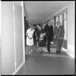 6958 Burgemeestersechtpaar Van Walsum op bezoek in het bejaardenhuis Sonneburgh aan de Schulpweg in verband met de ...