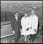 6972 Directeur Euromast, A. van Raalte (links) met twee gasten op het uitkijkplatform.