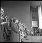 6974-1 Samenzang op de trappen van het Beursgebouw was een van de festiviteiten op Koninginnedag.