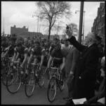 6974-2 Burgemeester Van Walsum lost het startschot op de Maashaven OZ van de wielerronde. De wedstrijd werd gehouden in ...