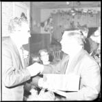6984 Johnny Jordaan, (links) hier met zanger Willy Alberti, viert zijn 25 jaar artiest-zijn in zijn 'Jordaancabaret' ...