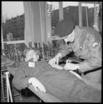 6985-3 BB-oefening van de A-kring in Zuid-Holland. Een slachtoffer wordt verzorgd in de wijk Lombardijen.