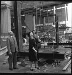 7006-3 Wethouder Zeelenberg trekt aan het touw die daarmee de spanten, die het dak moeten dragen van het nieuwe ...