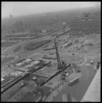 7013-3 Blik vanaf het stationspostgebouw Delftsestraat richting Weena met werkzaamheden metrobouw, het Stationsplein, ...
