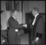7036 Rector-magnificus professor drs. H.W. Lambers feliciteert dr. A.J. Hendriks met zijn promotie.