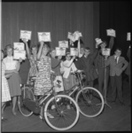 7055 De twee prijswinnaars van de fietsen, Elizabeth Ouwens (Beatrixschool) en Marjolein Boske (St.Michaelschool), ...