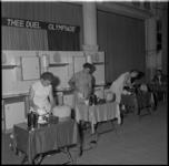 706-1 Deelnemers aan het theezetkamioenschap van Zuidwest-Nederland in de Rivièrahal.