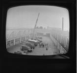 7073 Op televisiescherm is de brandweerkazerne Kleinpolder met een rij brandweerauto's zichtbaar.