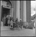 7076 Genodigden verlaten de Hoflaankerk na de huwelijkssluiting van mr. Bob Steensma en mej. Herma Ruys, in ...