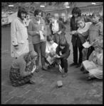 7094-1 In het kader van de Duitse week spelen Duitse en Nederlandse jongeren spelletjes in de Rotterdamse veilinghal Noord.