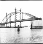 7115 Bouw overspanning van de Van Brienenoordbrug over de Nieuwe Maas.