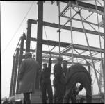 7120-10 Werkers en belangstellenden rond de opbouw van de klokkentoren.