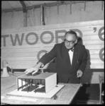 7120-2 Architect Rein H. Fledderus geeft toelichting op de maquette van de Antwoord-kerk, in de nieuwbouwwijk Zalmplaat ...
