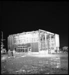 7120-6 Avondfoto tijdens de bouw van de Antwoord-kerk in de nieuwbouwwijk Zalmplaat in Hoogvliet.