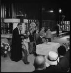 7120-9 Eerste kerkdienst in de nieuwe Antwoord-kerk in de nieuwbouwwijk Zalmplaat in Hoogvliet. Het doopbekken werd ...