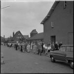 713-1 Bedevaartstoet in de Kruisherenstraat met rechts de school en de Kruisverheffingskerk.