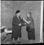 7160-1 Mevrouw R. Spaan- Wiebes schonk mevrouw Rueb- van der Pot ter ere van de eerste steenlegging van het dierenasiel ...