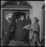 7174 H.M. Koningin Juliana, hier in aanwezigheid van burgemeester Van Walsum, brengt bezoek aan de Schouwburg naar ...