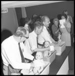 7175 Huismannen oefenen op de Femina met het wassen van een babypop.