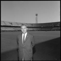 7189 Guus Brox op het voetbalveld in Feijenoordstadion, eerste manager in het Nederlandse betaalde voetbal bij Feijenoord.