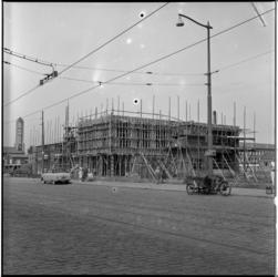 719 Bouw van het Patronaatsgebouw aan de Boezemweg met links op de achtergrond de Nieuwe Oosterkerk.