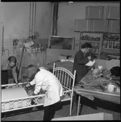 7193 Personeel is druk bezig met de voorbereidingen voor de Sinterklaas-etalage in De Bijenkorf.