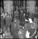 7205 Prinses Margriet met vele anderen op de trap van het stadhuis waar een proclamatie wordt voorgelezen.