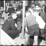 7213 Kinderen van stichting kinderbescherming 'De Koepel' brengen bezoek aan het Amerikaans marineschip de Dewey aan de ...
