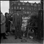 723 Wethouder H.E. van den Brule ter gelegenheid van 25 jaar weekmarkt aan de Spanjaardstraat.