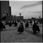 724-1 Sloweense volksdansgroep France Marolt geeft een voorstelling op het Slingeplein bij de Morgensterkerk.
